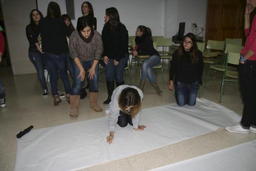 Un grupo de alumnos, padres y docentes, durante el encierro que tiene lugar en un centro de Pollença.