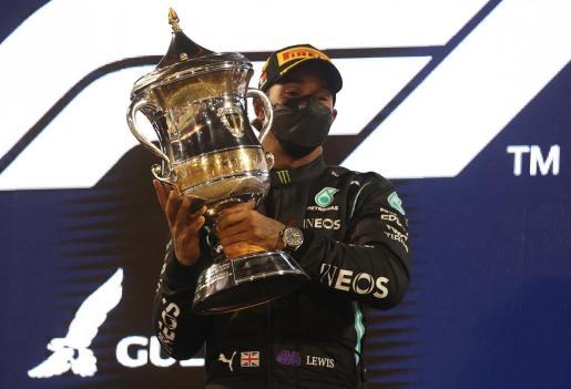 El piloto británico Lewis Hamilton levanta el trofeo tras imponerse en el Gran Premio de Bahrain.