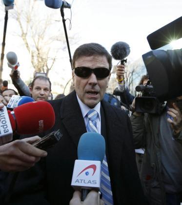 El doctor Eufemiano Fuentes, que fue fue absuelto de la Operación Puerto, atiende a los medios de comunicación a su salida del Juzgado.