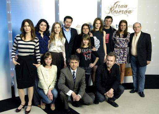 En la imagen posado de los actores de reparto.