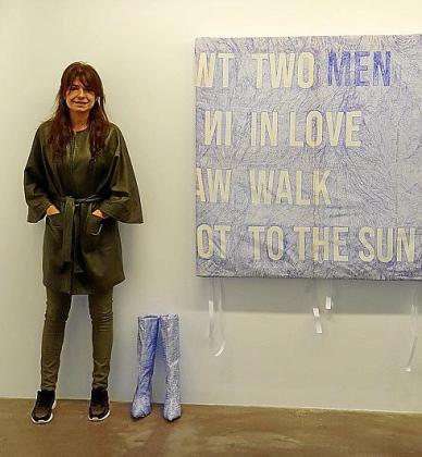 Alicia Framis posa junto a su obra.