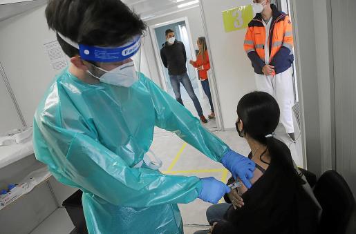 Un sanitario vacuna contra el coronavirus en Palma.