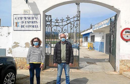 Los regidores del PI, ante el Camp Municipal d'Esports de Consell.