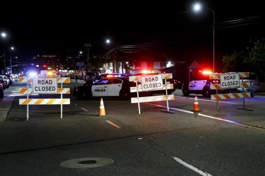 Los coches de policía de la ciudad de Orange bloquearon la carretera tras un tiroteo masivo en un complejo de oficinas en Orange, California.