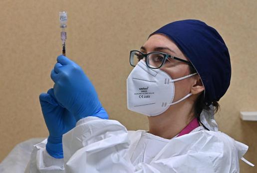 Personal sanitario preparando una dosis de la vacuna Pfizer.