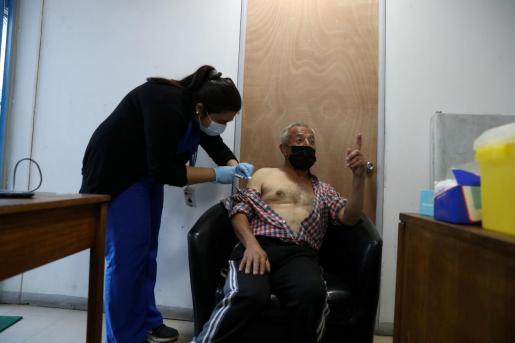 Un hombre se vacuna en santiago.