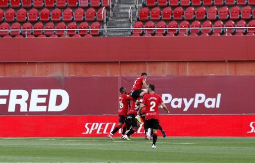 Los jugadores del Mallorca celebrando el gol.