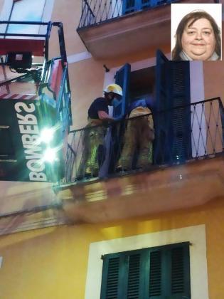Los Bombers de Palma en el momento de acceder a la vivienda.
