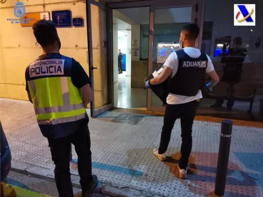 Agentes de la Policía Nacional y de Vigilancia Aduanera, durante los registros llevados a cabo.