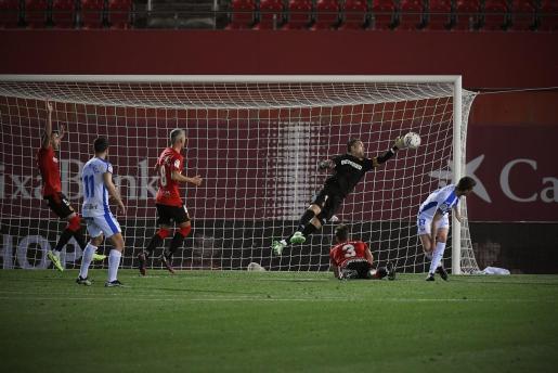 Manolo Reina volvió a brillar contra el Leganés. En la imagen lleva a cabo una parada clave para que el Mallorca lograra el triunfo final y sumara los tres puntos en juego.