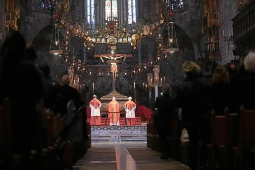 Dos canónigos y el obispo Taltavull veneron este viernes a Jesús crucificado en la Seu.