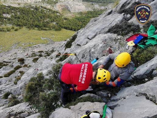 Bombers de Mallorca tuvo que realizar un complicado rescate dado lo abrupto del terreno.