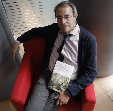 José María Gago, posando con su libro.