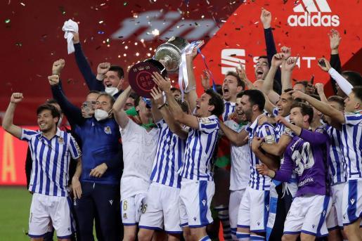 Los jugadores de la Real Sociedad celebran la victoria ante el Athletic Club, al término de la final de la Copa del Rey de fútbol disputada este sábado en el estadio de La Cartuja, en Sevilla.