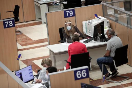Una trabajadora, en una Oficina de la Agencia Tributaria.