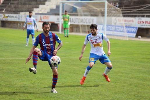 Los jugadores del Poblense y el Villarrubia, este domingo, durante el encuentro.