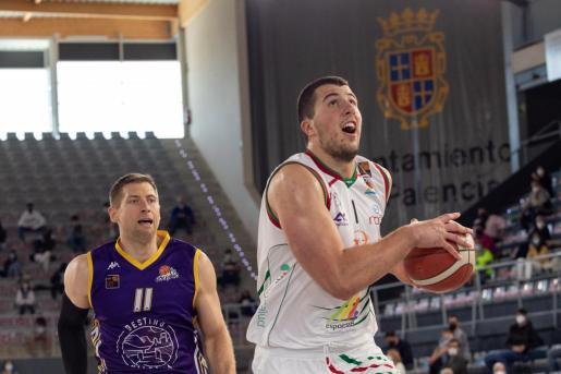 Milan Suskavcevic penetra a canasta ante la mirada de Douvier.