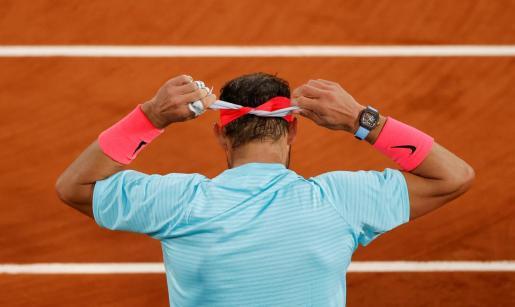 Imagen de Rafael Nadal ajustándose la cinta del pelo durante el descanso de un partido de la pasada edición de Roland Garros.