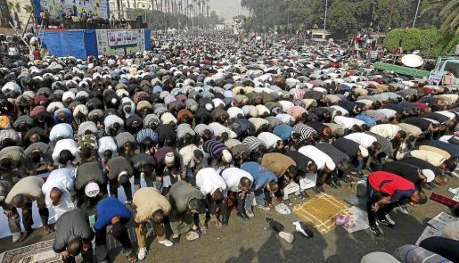 Miles de manifestantes islamistas oran durante la manifestación celebrada ayer en El Cairo en defensa del presidente egipcio Mohamed Mursi .