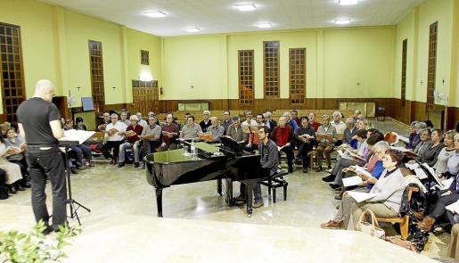 Los 150 'cantaires', en una imagen tomada ayer durante el ensayo de 'El Messies'.