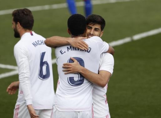 Militao felicita al centrocampista mallorquín del Real Madrid, Marco Asensio, tras el 2-0 logrado ante el Eibar en el Estadio Alfredo di Stefano.