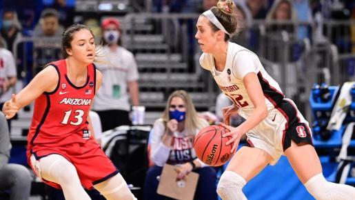 Helena Pueyo (13) defiende a Lexie Hull (12) durante la final de la NCAA