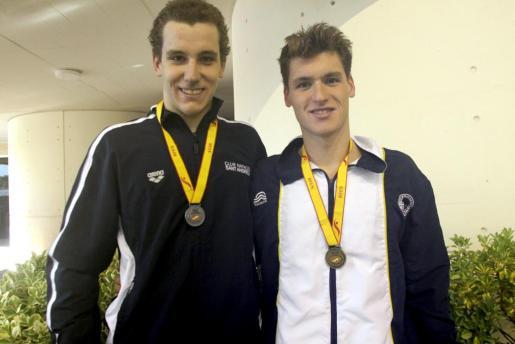 Víctor Goicoechea y Marc Sánchez posan con las medallas obtenidas el domingo.