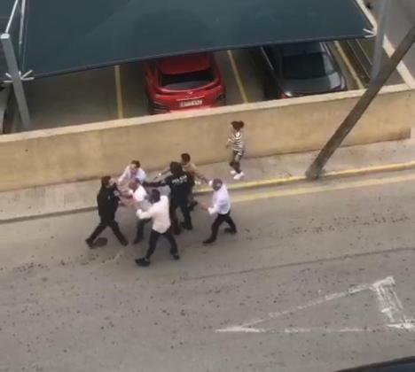 Los integrantes del clan gitano han destrozado el coche de un trabajador del hotel.
