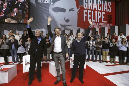 Los expresidentes del Gobierno, Felipe González (i), y José Luis Rodríguez Zapatero (c), junto al secretario general del PSOE, Alfredo Pérez Rubalcaba (d).