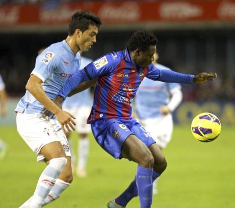 El defensa argentino del Celta, Gustavo Cabral (i), presiona al delantero nigeriano del Levante, Martins Obafemi.
