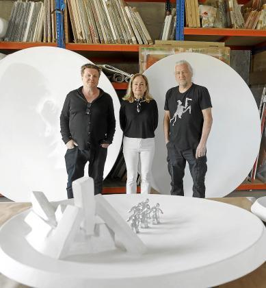 De izquierda a derecha, Johann Nowak y los artistas Francesca Martí y Gary Hill.
