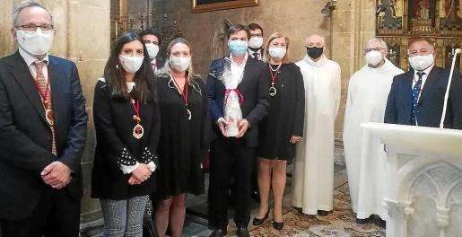Jesús Valls, con la mascarilla azul, junto a los miembros de la junta de la cofradía de Santiago.