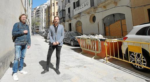 Lanz Thalen, responsable de operaciones de la hotelera sueca Nobis, y Jorge Gómez, jefe de proyecto, ante Can Feliu, en la calle Concepció.