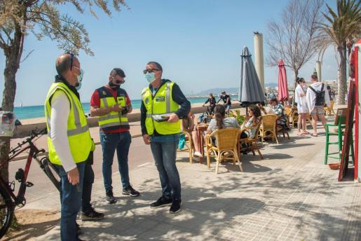 Agentes de la Policía Nacional, Policia Local e inspectores de Turismo controlan el cumplimiento de las medidas anti Covid con la inspección de bares y restaurantes en la zona de la playa de Palma.