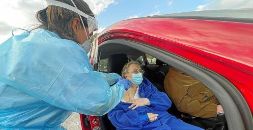 Sin tregua. Durante los días festivos se ha seguido con el proceso de vacunación en los centros habilitados, caso de Son Dureta, en la imagen. Se ha acelerado la inmunización de las personas mayores de 80 años.