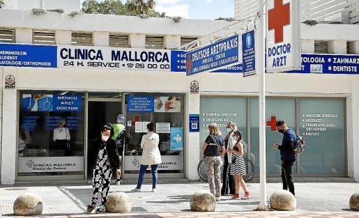 Turistas alemanes hacían cola en una clínica de la Platja de Palma para realizarse el test.