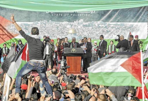 El presidente palestino, Mahmud Abás, se dio ayer un baño de multitudes a su llegada a la Muqata de Ramala, donde miles de personas le felicitaron y agradecieron el logro diplomático en la ONU, que ha aceptado a Palestina como estado observador no miembro. «El mundo está con nosotros, la historia está con nosotros, Dios está con nosotros y el futuro es nuestro», les dijo Abás.