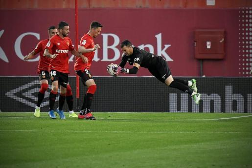 Manolo Reina, portero del Mallorca, atrapa un balón ante Russo, Dani Rodríguez y Raíllo.