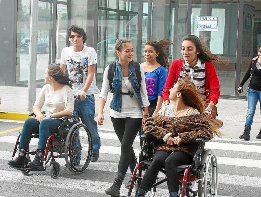 Jóvenes con discapacidad y sus amigos, paseando por la ciudad.
