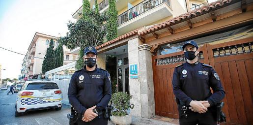 La guardia de los agentes municipales es permanente en la zona donde se produjo la agresión y los posteriores altercados.