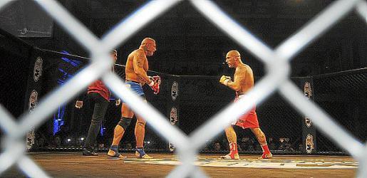 Uno de los combates en la 'Jaula del KO'