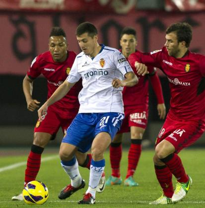 El delantero del RCD Mallorca Víctor Casadesus (d), disputa el balón con el defensa del Real Zaragoza Abraham Minero (c).