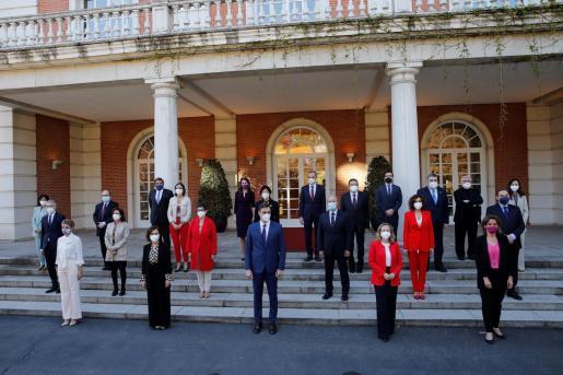 GRAF8092. MADRID, 06/04/2021.- El presidente del Gobierno, Pedro Sánchez (c) posa con sus ministros para la foto de familia antes del Consejo de Ministros en el Palacio de la Moncloa en Madrid este martes. EFE/Emilio Naranjo Consejo de Ministros