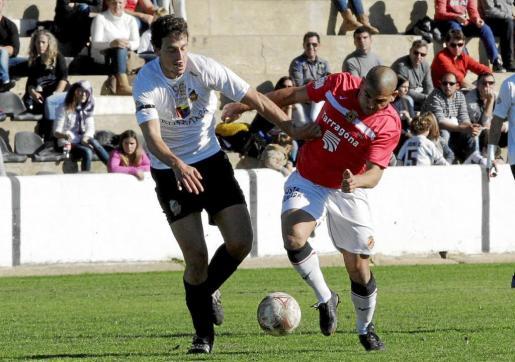 Imagen del centrocampista del Constància Fullana disputando el cuero contra un adversario del Gimnàstic de Tarragona.