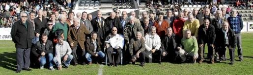 Imagen de grupo de todos los jugadores históricos del Constància que se dieron cita, ayer, en el Nou Camp de Inca en los actos de celebración del noventa aniversario del club.
