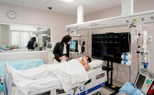 La presidenta de la Comunidad de Madrid, Isabel Díaz Ayuso, visita una de las salas del nuevo edificio de hospitalización del hospital 12 de Octubre.