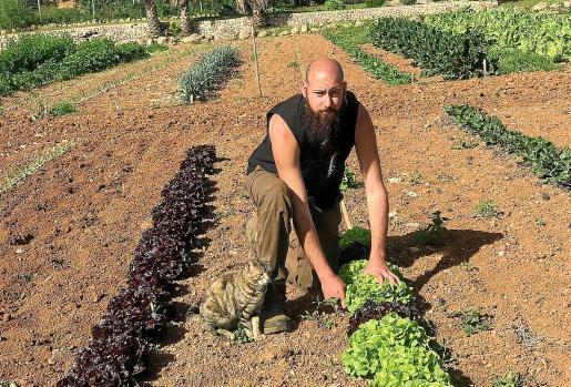 El joven agricultor Dimas Llabrés, entre las hortalizas que cultiva en el Hort de Son Barca.