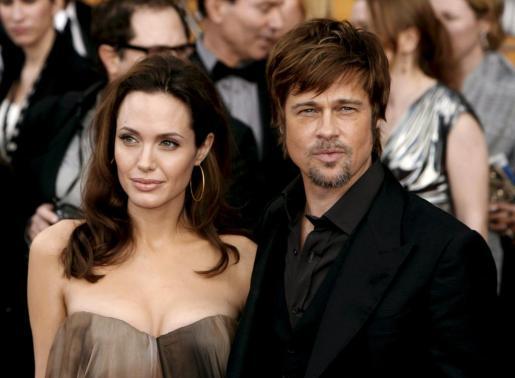 Fotografía de archivo del 27 de enero de 2008 que muestra a los actores Brad Pitt (dcha) y Angelina Jolie (izda).