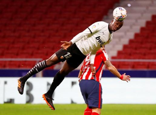 Mouctar Diakhaby despeja el balón durante un partido ante el Atlético de Madrid.