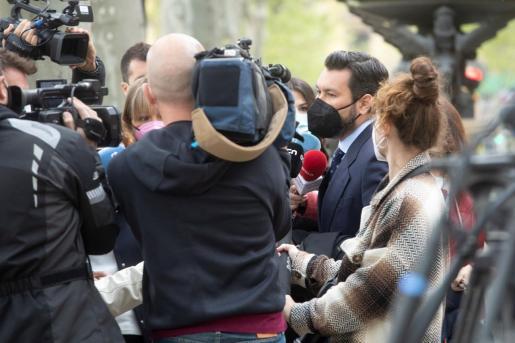 El abogado de la víctima de la violación, Jorge Albertini, atiende a los medios de comunicación momentos antes de iniciarse el juicio.